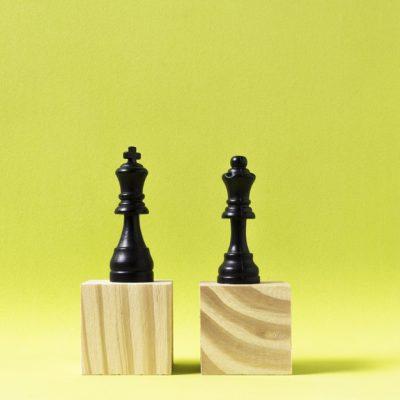 piezas-ajedrez-rey-reina-cubos-madera_23-2148419709